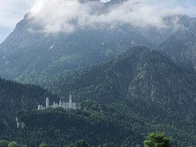Замок на фоне Альп