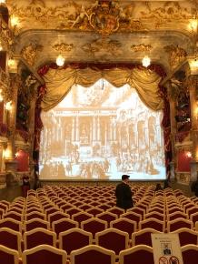 А вот театрал остался в одиночестве